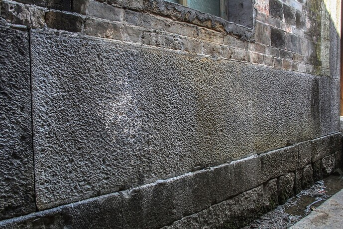 大青石块墙下碱-01